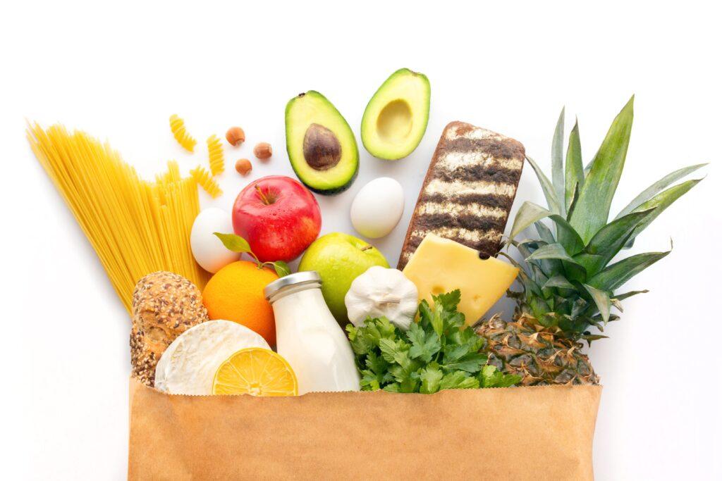 Torba zakupowa z żywnością ekologiczną.